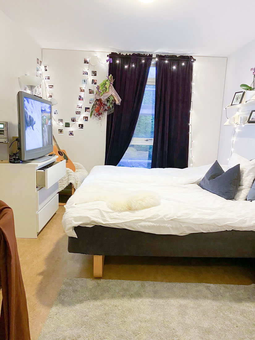Internatrum med dubbelsäng, TV, foton, ljusslinga vid fönster