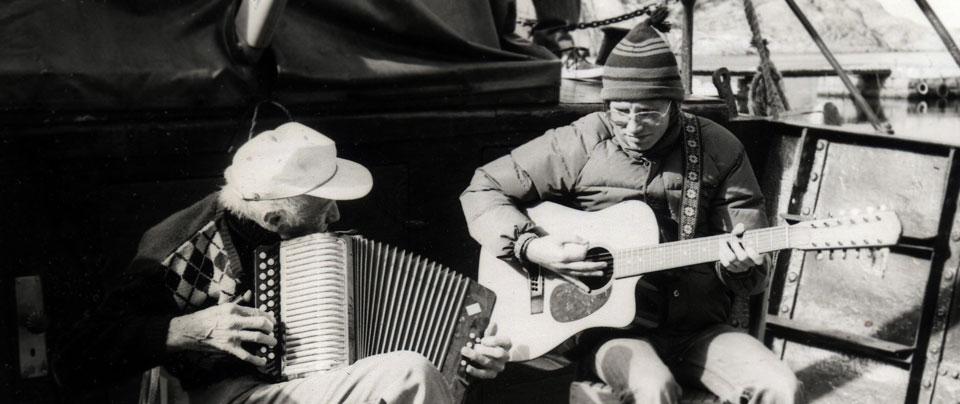 Två män spelar dragspel och gitarr