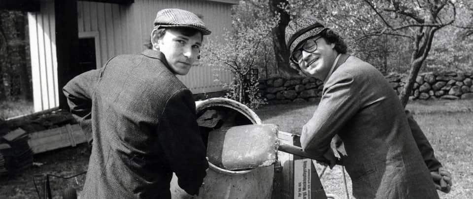 Två män vid cementblandare